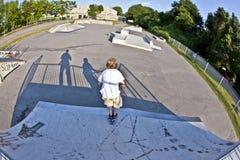 De jongen met autoped gaat in de lucht Royalty-vrije Stock Afbeeldingen