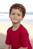 De jongen met betrokken of ongerust gemaakt kijkt op zijn gezicht Stock Foto