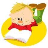De jongen met boek leert Royalty-vrije Stock Afbeeldingen