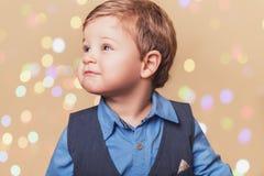 De jongen met christmass steekt bokeh aan Stock Foto