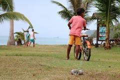 De jongen met de fiets op het strand Royalty-vrije Stock Afbeeldingen