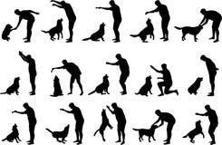 De jongen met een hond silhouetteert Stock Afbeelding