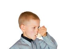 De jongen met een inhaleertoestel Royalty-vrije Stock Foto's