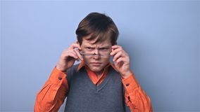 De jongen met glazenschooljongen verbetert glazen bij schoolraad stock footage