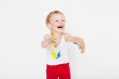 De jongen met handen schilderde in kleurrijke verven klaar om handdrukken te maken school peuter Onderwijs creativiteit Studiopor Stock Afbeelding