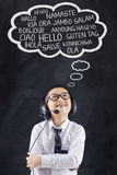 De jongen met hoofdtelefoon leert vele talen Stock Foto
