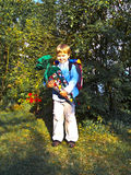 De jongen met kartonkegel vulde met snoepjes en giften op zijn eerste dag van school Royalty-vrije Stock Afbeeldingen