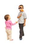 De jongen met masker geeft een bloem Stock Foto