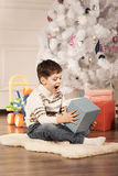 De jongen met Nieuwjaar stelt voor Royalty-vrije Stock Foto