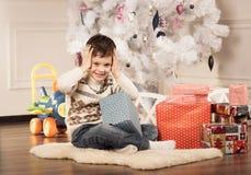 De jongen met Nieuwjaar stelt voor Royalty-vrije Stock Afbeeldingen
