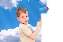 De jongen met rol trekt hemel met wolken Royalty-vrije Stock Afbeeldingen