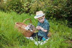 De jongen met schor puppy stock afbeeldingen
