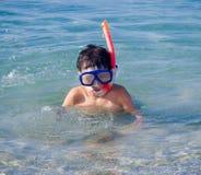 De jongen met snorkelt masker Stock Afbeelding