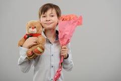 De jongen met stelt voor verbrijzeling voor stock afbeelding