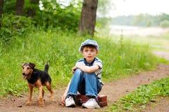 De jongen met zijn hond Royalty-vrije Stock Afbeelding