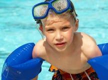 De jongen met zwemt vlotters en masker Royalty-vrije Stock Foto's