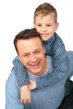 De jongen omhelst erachter vader stock afbeeldingen
