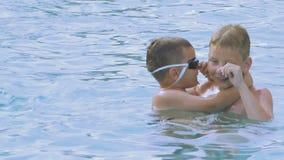 De jongen onderwijst broer om in de pool te duiken stock footage