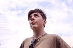 De jongen onderzoekt de afstand Stock Foto's