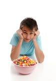 De jongen ontspant met kom snackvoedsel stock afbeeldingen