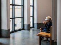 De jongen ontspant met telefoonspel bij National Gallery, Londen Royalty-vrije Stock Fotografie