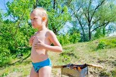 De jongen ontsteekt Stock Foto's