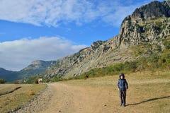 De jongen is op een bergweg in de vallei van spoken in vic Royalty-vrije Stock Afbeeldingen