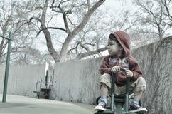 De jongen op een wipplank wankelt Royalty-vrije Stock Afbeelding