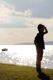 De jongen is op het strand Stock Afbeelding