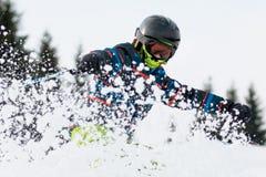 De jongen op de ski stock foto