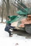 De jongen probeert beweging de tank Royalty-vrije Stock Foto's