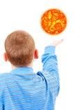 De jongen probeert om de zon te bereiken Royalty-vrije Stock Foto's