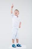 De jongen richt ergens een vinger royalty-vrije stock afbeelding