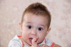 De jongen schreeuwde en bijtend uw vingers, beklim eerste tanden kweek een oude baby 7 maand Royalty-vrije Stock Foto's