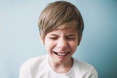 De jongen schreeuwt stock foto