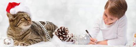De jongen schrijft een brief aan Santa Claus Stock Foto's