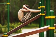 De jongen schudt de pers Stock Foto