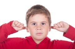 De jongen sluit orenvingers royalty-vrije stock afbeeldingen