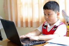 De jongen speelde notitieboekje. Royalty-vrije Stock Fotografie