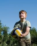 De jongen speelt een bal Stock Afbeelding