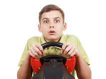 De jongen speelt een drijfdiespelconsole, op wit wordt geïsoleerd Stock Afbeeldingen