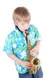 De jongen speelt een saxofoon Royalty-vrije Stock Afbeeldingen
