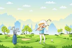De jongen speelt golf op een golfcursus Stock Afbeeldingen