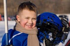 De jongen speelt hockey stock foto's