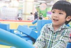 De jongen speelt met Schuimstuk speelgoed royalty-vrije stock afbeelding