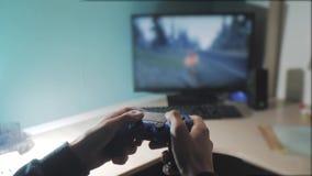 De jongen speelt op controlemechanismebedieningshendel gamepad de consolecomputer het spelen videospelletjeconsole op TV Nieuwe h stock video