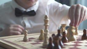 De jongen speelt schaak stock footage