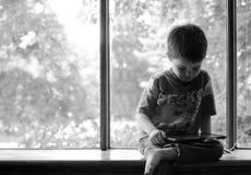 De jongen speelt tablet Stock Foto