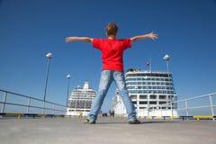 De jongen spreidde handen tegen achtergrond twee schepen uit Royalty-vrije Stock Afbeelding