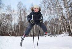 De jongen springt en spreidt benen op skis in het hele land uit Royalty-vrije Stock Afbeeldingen